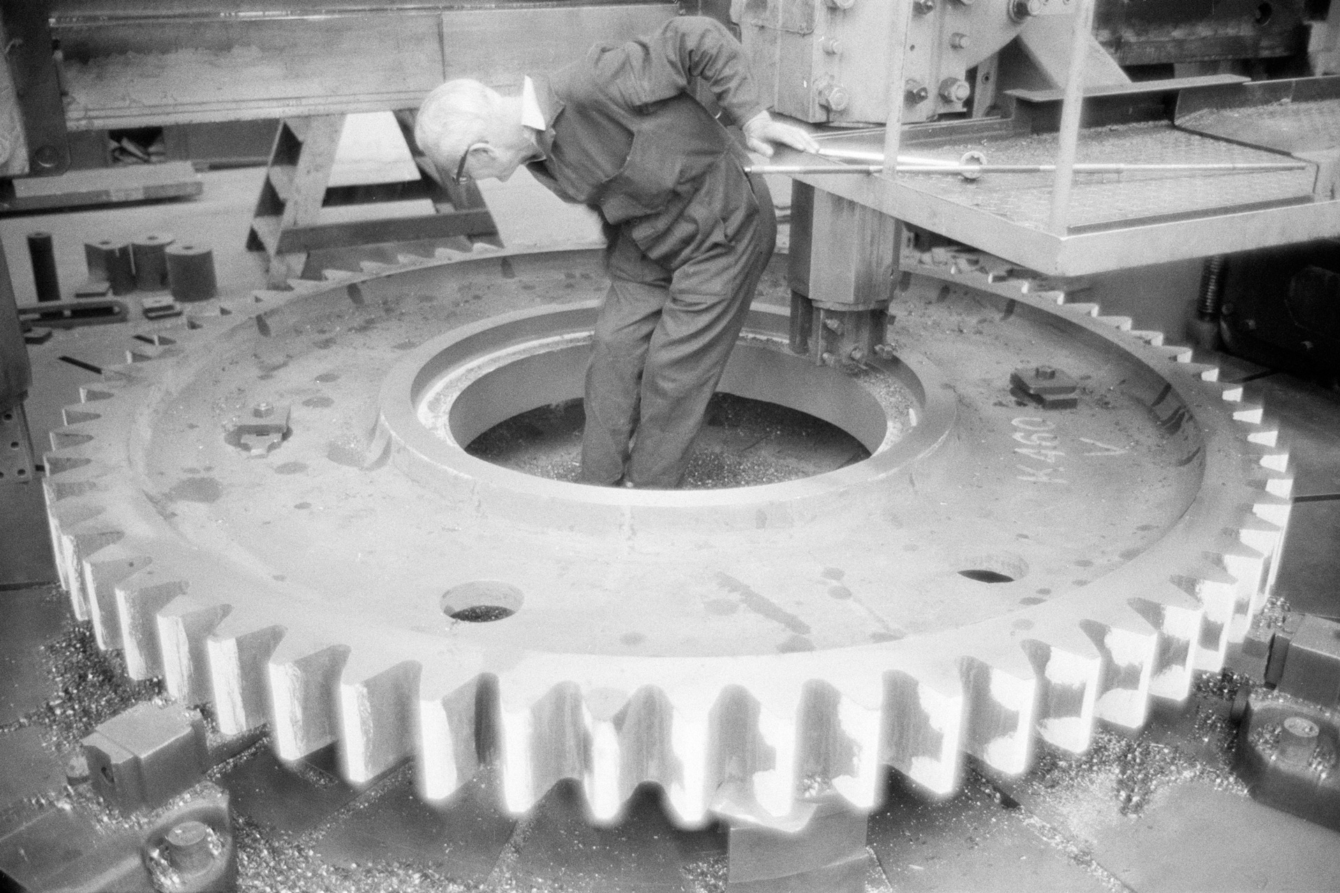 John Hendry, Turner, Boring and Facing Turning Wheel for Ships Main Engine; John G. Kincaid Engineer, from the series 'Clydeside 1974-76', © Larry Herman, image courtesy Street Level Photoworks.